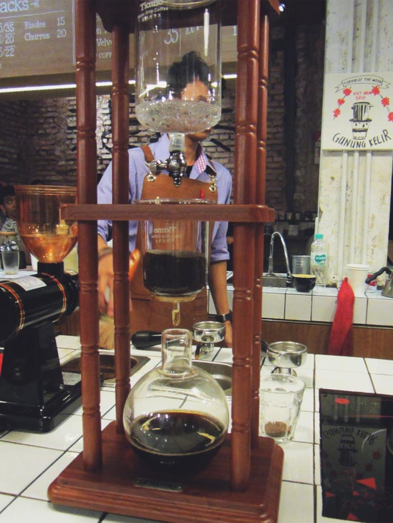 Eye-catching brewing tools are immediately exposed to customers.
